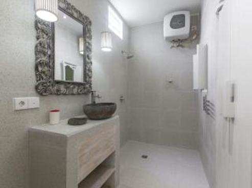 The enclosed ensuite bathroom